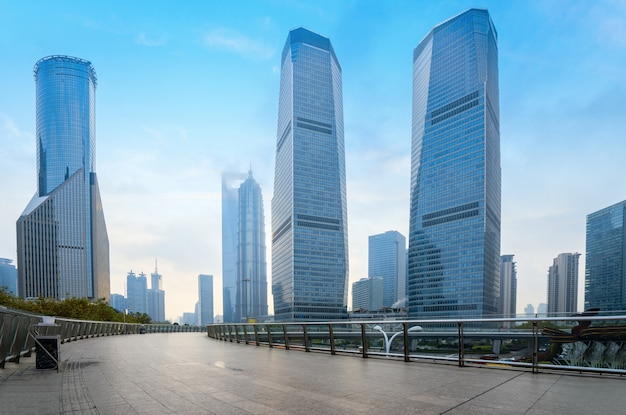 Leeg vierkant en wolkenkrabber in het financiële centrum van shanghai, china