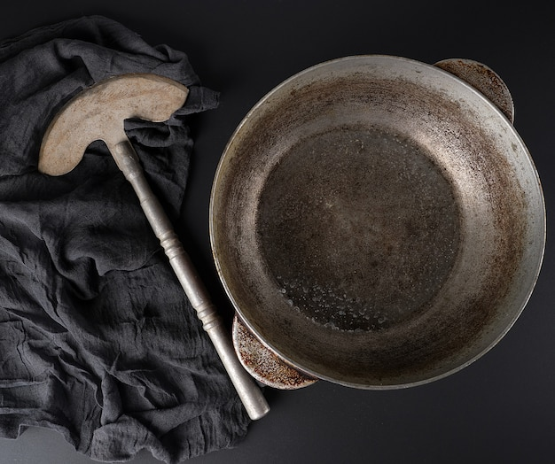 Leeg vintage aluminium kookpan en vintage mes