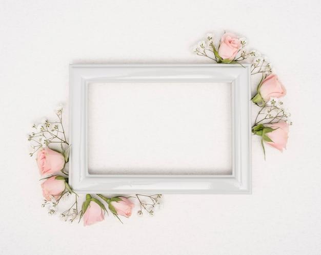 Leeg vintage frame met rozenknoppen