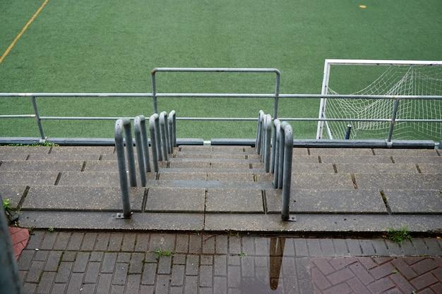Leeg voetbalveld, groen gras in het stadion