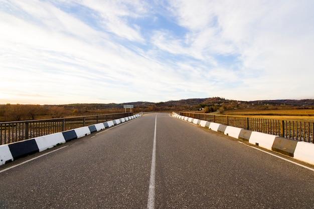 Leeg weg- en snelweglandschap en uitzicht in georgië