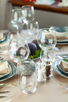 Leeg wijnglas op een restaurantlijst