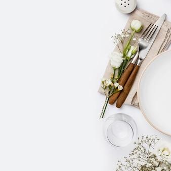 Leeg wit bord en bestek op een servet