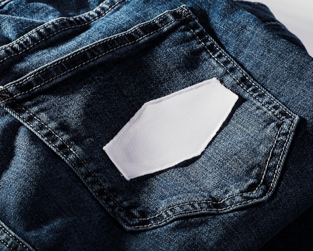 Leeg wit flard op het close-up van de jeanszak