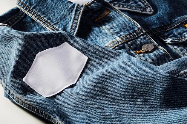 Leeg wit flard op jeansjasje
