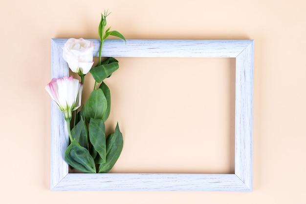 Leeg wit frame en bloemen