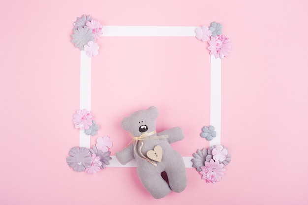 Leeg wit frame en diy papieren bloemen