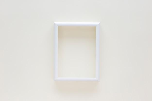 Leeg wit grensfotoframe op geïsoleerde op witte achtergrond