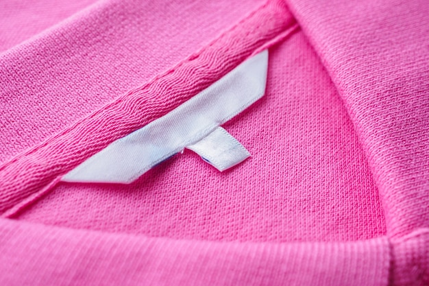 Leeg wit klerenetiket op nieuw overhemd