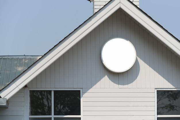 Leeg wit model van uitstekend uithangbord en uitstekend huis
