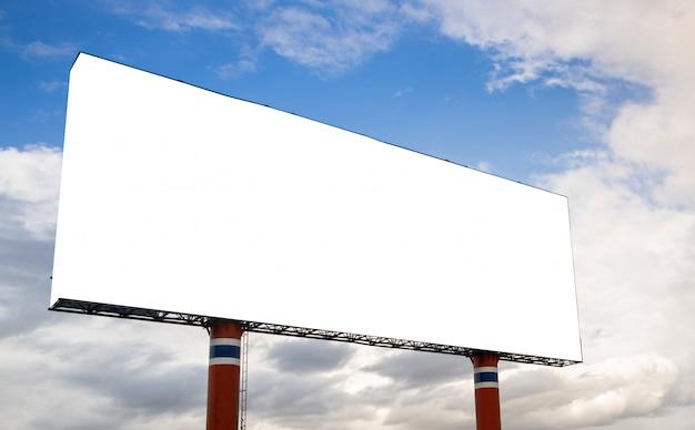 Leeg wit reusachtig aanplakbord voor reclame tegen bewolkte blauwe hemel met.