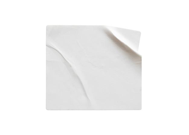 Leeg wit stickeretiket dat op witte achtergrond wordt geïsoleerd