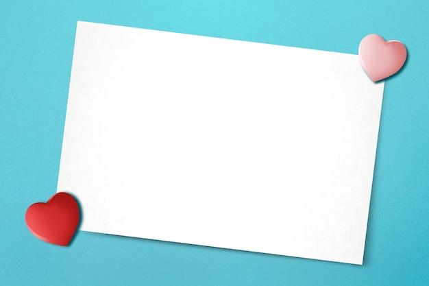 Leeg witboek en hart met een gekleurde achtergrond. valentijnsdag. lege ruimte voor exemplaarruimte