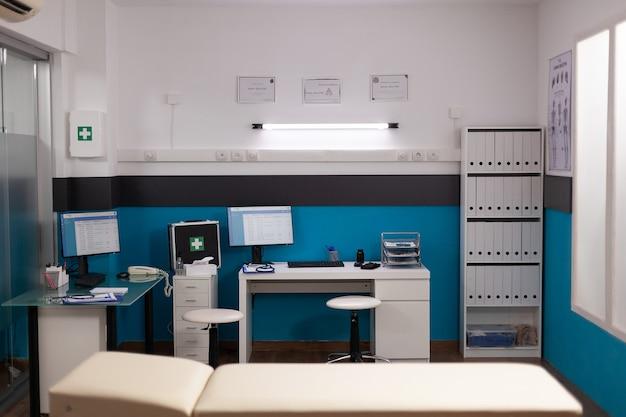 Leeg ziekenhuiskantoor met niemand erin met modern professioneel meubilair
