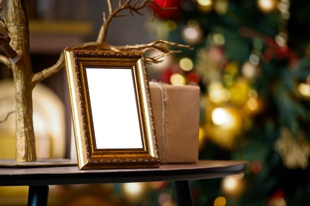 Leeg zilveren fotokader op kerstmis