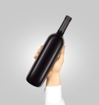 Leeg zwart etiket op fles rode wijn