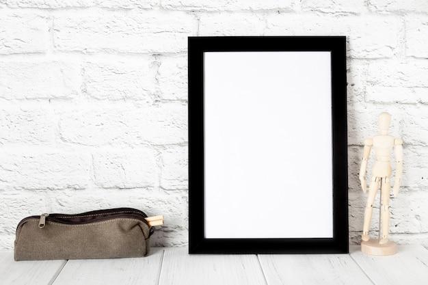 Leeg zwart fotokader op houten plank of lijst. mockup met kopie ruimte.