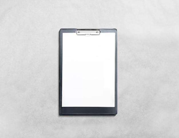 Leeg zwart klembord met witte pagina