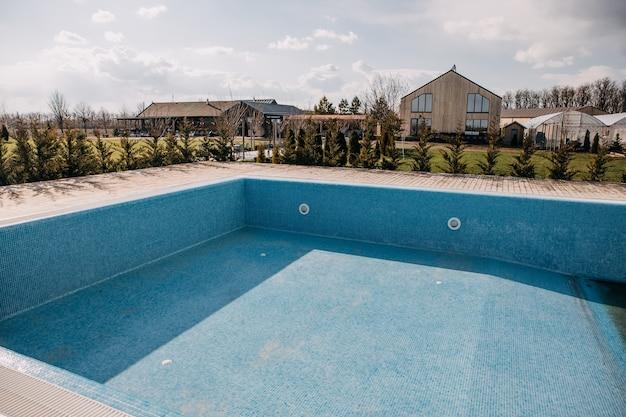 Leeg zwembad bij een villa klaar om schoongemaakt te worden
