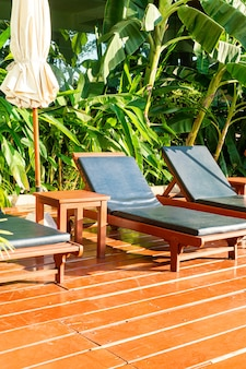 Leeg zwembadbed rond zwembad met parasol en zonlicht