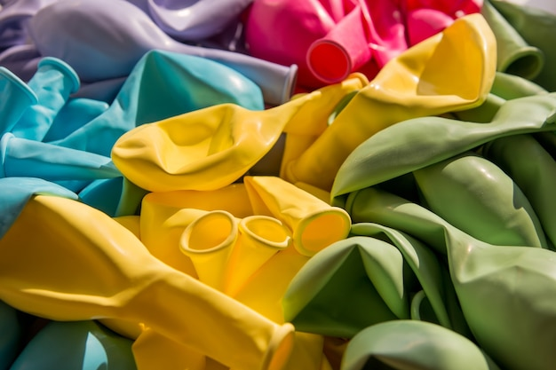 Leeggelopen siliconen ballonnen. ballen liggen op tafel
