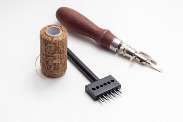 Leer crafting tools op witte achtergrond.