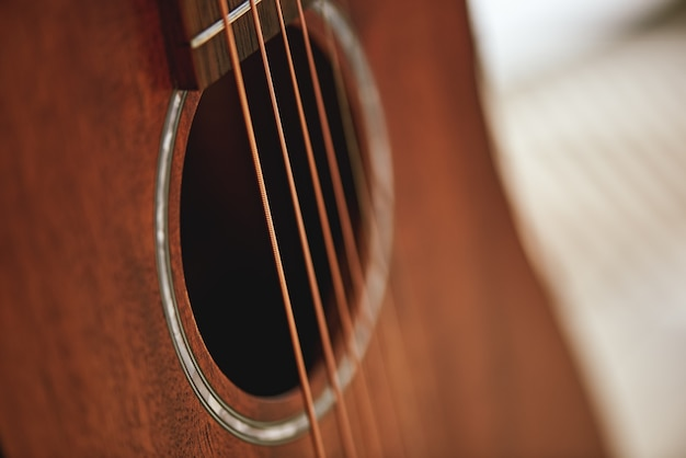 Leer je instrument kennen. close-up foto van akoestische gitaar geluidsgat. muziek apparatuur. muziekinstrumenten. muziek concept