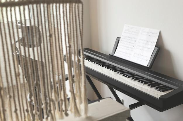 Leer thuis muziek op een elektronisch pianoconcept