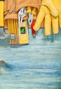 Leer toolbelt met werkende tools op houten plank onderhoud concept