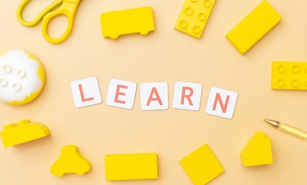 Leer woord met veel plastic speelgoed