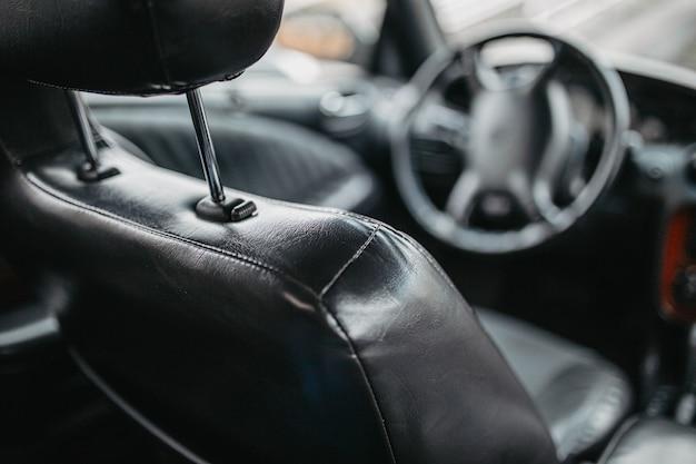 Leer zwart interieur van een luxe auto handgemaakte lederen bekleding
