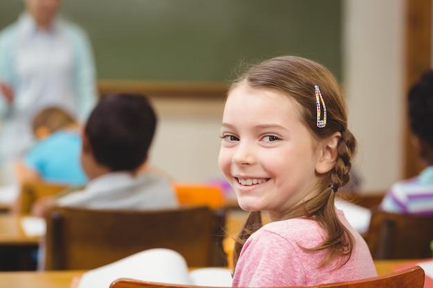 Leerling die bij camera tijdens klasse glimlacht
