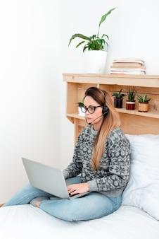 Leerling nieuwe dingen online leren, casual surfen op internet browsen, bloginhoud maken, films kijken, creatieve schrijfideeën, nieuwe gedachten typen