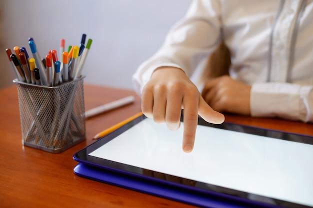 Leerling van de middelbare school met behulp van tablet-computer tijdens een les