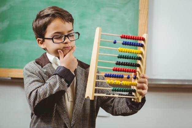 Leerling verkleed als leraar met telraam