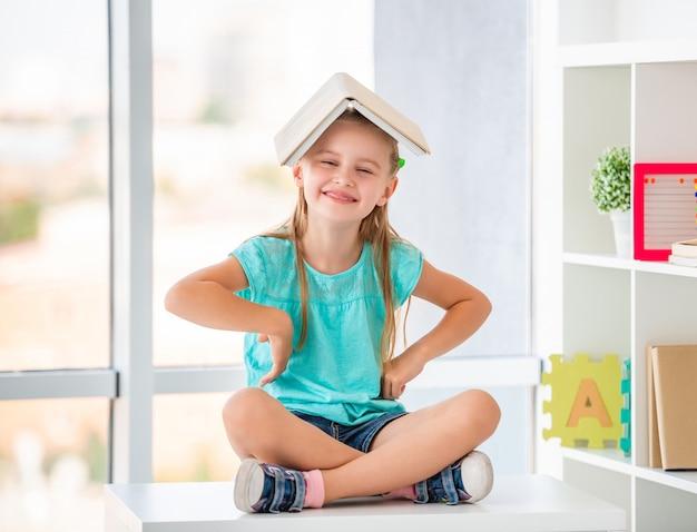 Leerling voor de gek houden met leerboek