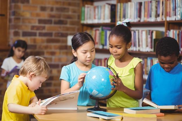 Leerlingen bestuderen wereld in de bibliotheek