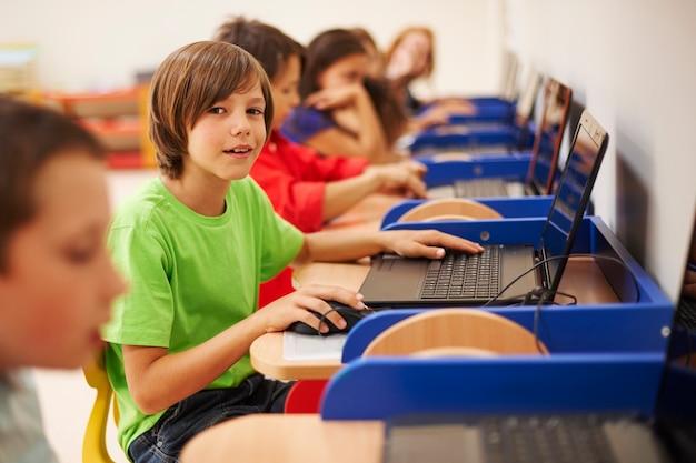 Leerlingen die bij de les computerwetenschappen zitten