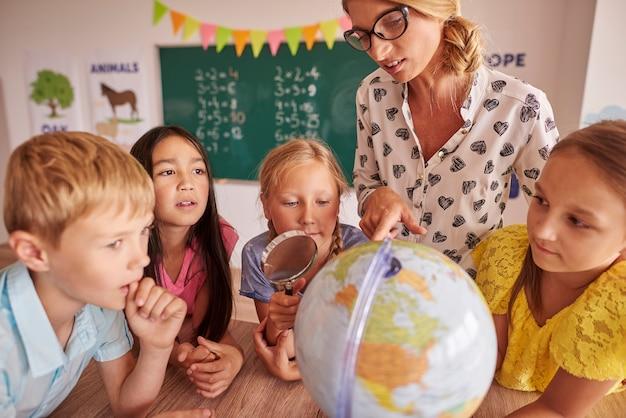 Leerlingen die nieuwsgierig zijn naar de wereld