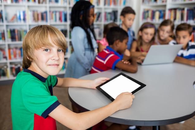 Leerlingen die technologie gebruiken
