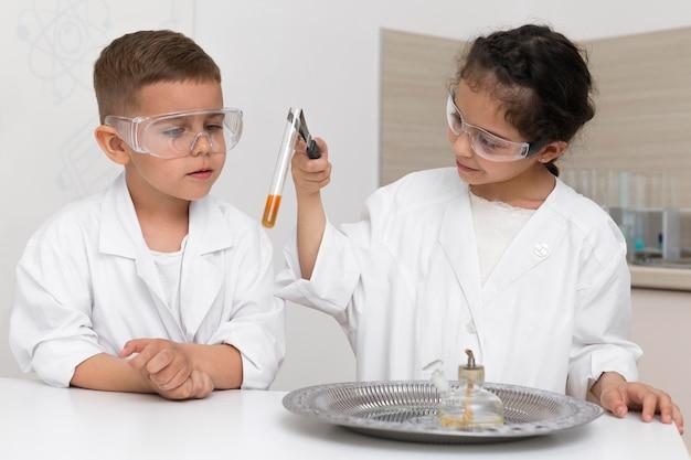 Leerlingen doen een chemisch experiment op school
