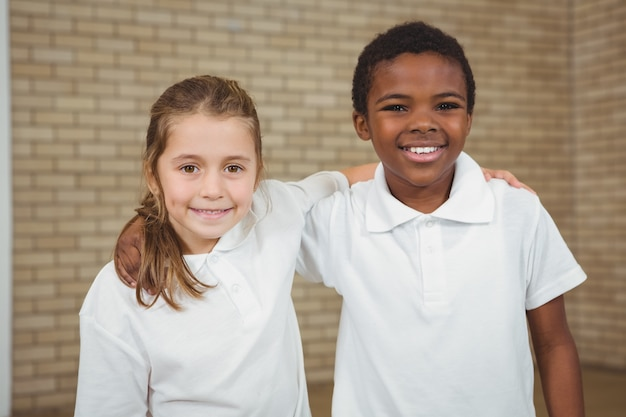 Leerlingen lachend met armen om elkaar heen