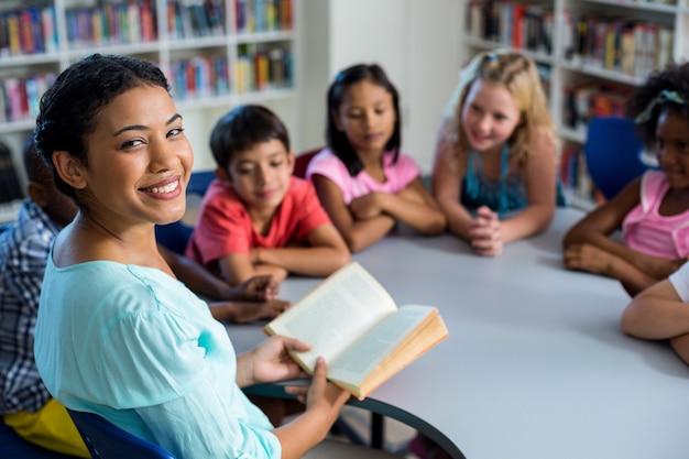 Leerlingen luisteren naar hun leraar lezen