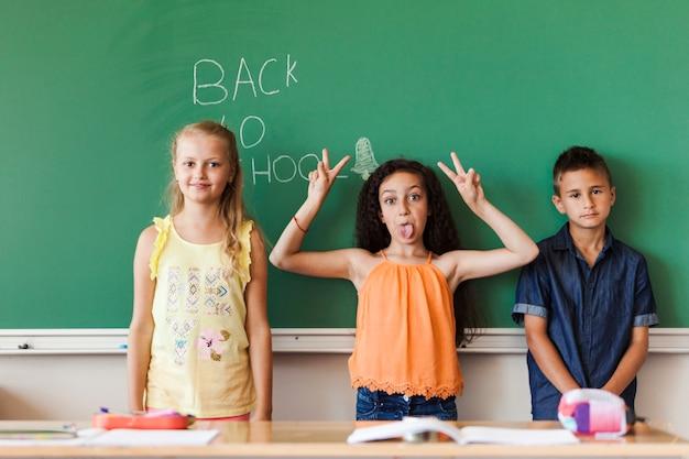 Leerlingen maken gezichten op schoolbord
