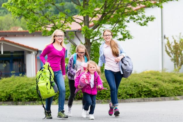 Leerlingen of studenten op schoolplein in reces