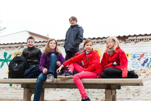 Leerlingen op het schoolplein van hun school