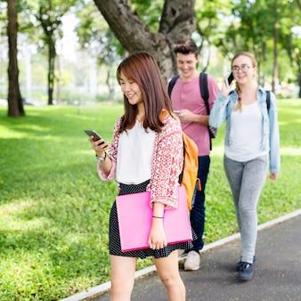 Leerlingen op weg van school naar huis
