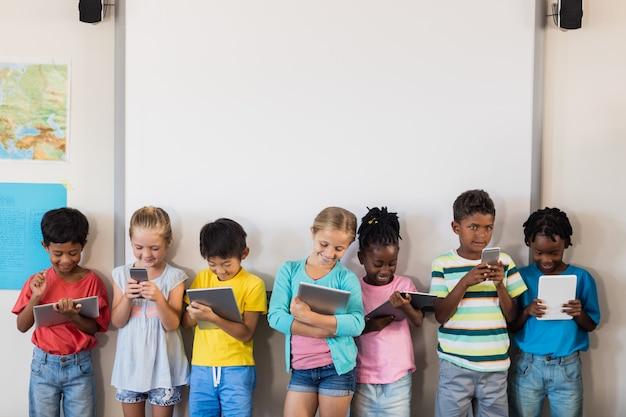 Leerlingen staan met technologie