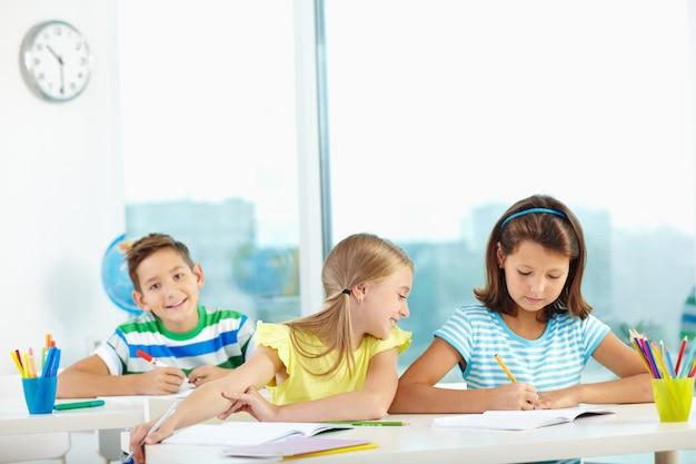 Leerlingen studeren aan een bureau in de klas