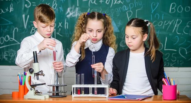 Leerlingen studeren scheikunde op school kinderen genieten van chemisch experiment chemische stof lost op Premium Foto